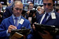 Трейдеры на торгах Нью-Йоркской фондовой биржи 16 мая 2016 года. Уолл-стрит открыла сессию понедельника небольшим подъёмом, поскольку инвесторы ждут выступлений представителей Федрезерва на этой неделе, чтобы узнать о сроках следующего повышения ставки. REUTERS/Brendan McDermid