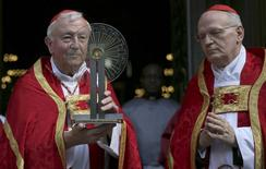 Archbishop of Westminster Cardinal Vincent Nicolls (L) receives the Hungarian relic of St Thomas a Beckett from  Archbishop of Esztergom-Budapest Cardinal Peter Erdo before a ceremony at Westminster Cathedral in London, Britain May 23, 2016. REUTERS/Neil Hall