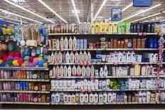 Стеллаж с шапмунями в магазине Walmart в городе Секокус, штат Нью-Джерси. 11 ноября 2015 года. Unilever NV, Henkel & Co KgaA AG, L'Oréal SA и другие компании подали заявки в рамках первого раунда аукциона по продаже производителя шампуня OGX Vogue International LLC, сообщили в понедельник источники, знакомые с ситуацией. REUTERS/Lucas Jackson