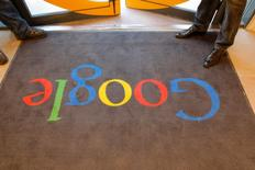 Una alfombra con el logo de Google en la entrada de su sede en París, Francia. 6 de diciembre de 2011. Investigadores franceses registraban la sede de Google en París como parte de una pesquisa sobre pago de impuestos, dijo el martes a Reuters una fuente cercana al Ministerio de Finanzas galo. REUTERS/Jacques Brinon/Pool/Files