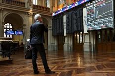 El Ibex-35 cerró el martes con fuertes subidas que le permitieron recuperar el nivel de los 8.900 puntos, apuntalado por el rally del sector bancario que incluyó un repunte de más del 4 por ciento en BBVA y de casi el 3 por ciento en Santander. En la imagen de archivo, un hombre observa las pantallas en la Bolsa de Madrid  el 29 de junio de 2015. REUTERS/Susana Vera