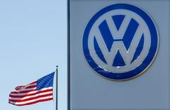 Volkswagen pense qu'il n'aura pas à augmenter les provisions déjà constituées pour le scandale des tests d'émissions truqués, lesquelles représentent pour l'heure 16,2 milliards d'euros, a déclaré mardi une source proche du dossier. /Photo prise le 23 septembre 2015/REUTERS/Mike Blake