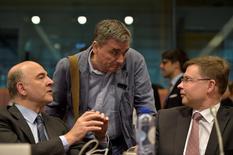 Los ministros de Finanzas de la zona euro probablemente aprobarán el martes un paquete de reformas para Grecia que desbloqueará nuevos préstamos para el endeudado país, pero parecen seguir lejos de un compromiso para aliviar la deuda como el que ha pedido el Fondo Monetario Internacional (FMI). En la imagen, el comisario de Asuntos Económicos de la UE Pierre Moscovici  conversa con el ministro griego de Economía, Euclid Tsakalotos (centro) y el vicepresidente de la Comisión Valdis Dombrovskis  durante una reunión de ministros de la zona euro sobre Grecia en Bruselas, el 24 de mayo de 2016. REUTERS/Eric Vidal