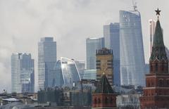 Вид на башни Кремля и небоскребы делового центра в Москве 27 февраля 2016 года. Россия разместила 10-летние еврооблигации на $1,75 миллиарда с доходностью 4,75 процента годовых, сообщили Рейтер три источника в финансовых кругах. REUTERS/Grigory Dukor