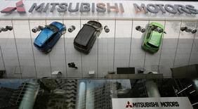 Mitsubishi Motors révise ses résultats pour l'exercice financier 2015-2016 afin de tenir compte d'une perte exceptionnelle de 19,1 milliards de yens (155,34 millions d'euros) résultant de l'affaire de manipulation des données d'économies de carburant. /Photo d'archives/REUTERS/Toru Hanai