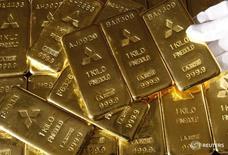 Слитки золота в отделении Mitsubishi Materials Corporation в Токио 8 октября 2009 года. Золото в среду подешевело до минимума за 7 недель после сильных данных о продажах домов в США, укрепивших уверенность участников рынка в скором увеличении ставок ФРС. REUTERS/Issei Kato