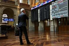 El Ibex-35 cerró el miércoles al alza, superando la cota de los 9.000 puntos impulsado por el sector bancario, con el mercado animado por una mejora de los precios del petróleo y por el acuerdo alcanzado esta madrugada en la zona euro para aliviar la deuda de Grecia. En la imagen de archivo, un inversor mira una pantalla en la bolsa de Madrid, el 29 de junio de 2015. REUTERS/Susana Vera