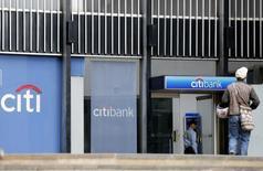 Un hombre camina cerca de una sucurusal de Citibank en Bogotá, Colombia. 20 de agosto de 2014. La utilidad neta de los bancos que operan en Colombia disminuyó un 4,3 por ciento en marzo, a 2,65 billones de pesos (866,5 millones de dólares), frente a igual mes del año pasado, debido a una desaceleración en el ritmo de crecimiento de la cartera, informó el miércoles la Superintendencia Financiera. REUTERS/John Vizcaino