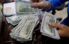 Funcionário de banco conta notas de dólar em Hanói, Vietnã 16/05/2016 REUTERS/Kham