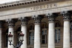 Les banques espagnoles et italiennes limitent l'avance des Bourses en Europe jeudi à mi-séance, après deux séances de hausse d'affilée. À Paris, le CAC 40 progressait de 0,46% vers 10h50 GMT. À Francfort, le Dax prenait 0,49% et à Londres, le FTSE grignotait 0,25%. En revanche, Madrid perd 0,55% et Milan 0,2%. /Photo d'archives/REUTERS/Charles Platiau