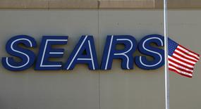 Sears est l'une des valeurs à suivre à Wall Street après sa publication d'une perte nette aggravée au premier trimestre. Le groupe a en outre dit étudier d'éventuels partenariats ou autres possibilités pour sa filiale qui gère les marques Kenmore, Craftsman et DieHard, ainsi que pour sa filiale Sears Home Services. /Photo d'archives/REUTERS/Jim Young