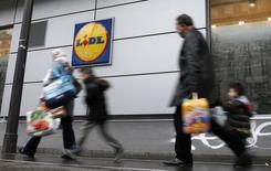 Le groupe Schwarz propriétaire des supermarchés Lidl prévoit d'investir 6,5 milliards d'euros en 2016, entre autres pour embellir ses magasins en Allemagne, rapporte jeudi le journal Heilbronner Stimme. /Photo prise le 1er mars 2016/REUTERS/Jacky Naegelen