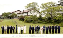 Au dernier jour du G7 à Ise-Shima au Japon, chefs d'Etat et de gouvernement ont jugé la croissance mondiale toujours inférieure à son potentiel et plaidé pour des politiques budgétaires et monétaires coordonnées visant à stimuler l'activité économique, tout en laissant chaque pays libre de sa méthode.  /Photo prise le 27 mai 2016/ REUTERS/Jeon Heon-Kyun/Pool