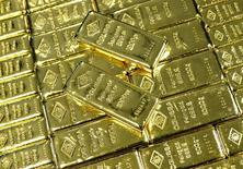 Слитки золота на заводе Oegussa в Вене. 18 марта 2016 года. Цена на золото стабилизировалась в пятницу после касания восьминедельного минимума, но готовится завершить в минусе четвертую неделю подряд из-за растущих ожиданий повышения процентных ставок США уже в следующем месяце. REUTERS/Leonhard Foeger