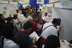 Personas buscando empleo llenan formularios en una feria de trabajos en Monterrey, México. 24 de febrero de 2009. La tasa de desempleo de México descendió en abril a un 3.9 por ciento, su menor nivel desde septiembre de 2008, mostraron el viernes cifras oficiales ajustadas por estacionalidad. REUTERS/Tomas Bravo