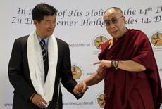 Dalai Lama (direita), líder espiritual budista, ao lado do líder político do povo tibetano exilado, Lobsang Sangay.    25/05/2012        REUTERS/Leonhard Foeger/File Photo