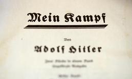 """Primeira página de exemplar de 1940 do livro """"Mein Kampf"""", de Adolf Hitler 16/12/2015 REUTERS/Fabrizio Bensch"""