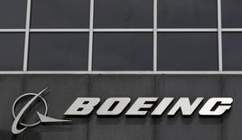 Boeing ne respectera pas les délais de livraison des premiers avions ravitailleurs KC-46 Pegasus destinés à l'armée de l'air américaine, a annoncé cette dernière vendredi, ce qui pourrait augmenter le coût de ce programme déjà en retard sur le calendrier initial et plus cher que prévu. /Photo d'archives/REUTERS/Jim Young
