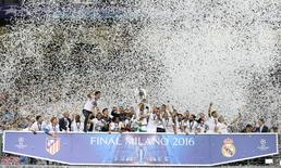 Soccer Football - Atletico Madrid v Real Madrid - UEFA Champions League Final - San Siro Stadium, Milan, Italy - 28/5/16 Real Madrid's Sergio Ramos lifts the trophy as they celebrate winning the UEFA Champions League Action Images via Reuters / Carl Recine