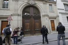"""En la imagen, miembros de los medios de comunicación esperan afuera de la entrada de la sede parisina de GoogleREUTERS/Jacky Naegelen. Francia """"llegará hasta el final"""" para asegurar que las multinacionales que operan en su territorio paguen sus impuestos, dijo el ministro de Finanzas, Michel Sapin, que agregó que podrían conocerse nuevos casos tras los allanamientos en las oficinas locales de Google y McDonald's."""