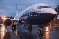 Boeing étudie la possibilité d'équiper de réacteurs plus puissants le plus grand des avions de sa nouvelle famille de 737, les 737 MAX, dans le but de concurrencer plus efficacement le succès des A-320neo d'Airbus, apprend-on de source proche du dossier. Il se vend actuellement quatre appareils de la famille A320neo pour un de la famille 737 MAX. /Photo prise le 8 décembre 2015/REUTERS/Matt Mills McKnight