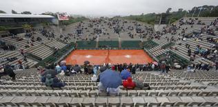 Torcedores se protegendo da chuva em Roland Garros, França.   30/05/2016     REUTERS/Gonzalo Fuentes