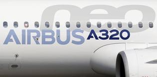 Airbus a confirmé lundi viser plus de 650 livraisons en 2016 malgré un début d'année difficile lié à des problèmes chez certains fournisseurs, poussant notamment l'avionneur européen à avancer des livraisons d'A320 classiques pour compenser les retards de la version remotorisée, l'A320neo. /Photo d'archives/REUTERS/ Régis Duvignau