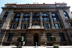 La sede del Banco de México en Ciudad de México, ago 27, 2014. México registró en abril un superávit en sus finanzas públicas de 238,651.8 millones de pesos (unos 12,914 millones de dólares), gracias al traspaso del remanente de operación del banco central, dijo el lunes la Secretaría de Hacienda.   REUTERS/Edgard Garrido