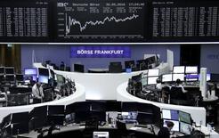 Трейдеры на торгах фондовой биржи во Франкфурте-на-Майне 30 мая 2016 года. Европейские акции стабильны во вторник и готовятся продемонстрировать лучший месячный результат с прошлого октября, так как слабость евро на валютных рынках оказала поддержку ориентированным на экспорт компаниям. REUTERS/Staff/Remote