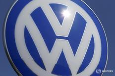 Логотип Volkswagen у штаб-квартиры компании в Вольфсбурге 22 апреля 2016 года. Прибыль от основных операций немецкого автомобильного концерна Volkswagen AG в первом квартале снизилась скромнее прогнозов, поскольку спрос на дорогие модели Audi и Porsche компенсировал влияние на бизнес дизельного скандала. REUTERS/Hannibal Hanschke/File Photo