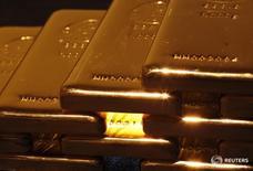 Золотые слитки в магазине Ginza Tanaka в Токио 18 апреля 2013 года. Цена на золото растет во вторник, отдаляясь от минимума трех с половиной месяцев, но готовится завершить май сильнейшим падением с ноября из-за усиления доллара на ожиданиях скорого подъема ставок ФРС США. REUTERS/Yuya Shino
