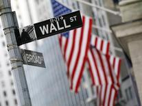 Las acciones en Estados Unidos iniciaron la sesión del martes con una leve alza después de publicarse unos sólidos datos en el gasto del consumidor del país, que dan cuenta de la mejora en el crecimiento económico y apoyan una pronta subida de los tipos de interés. En la imagen de archivo, una señal que indica la calle de Wall St, junto a la Bolsa de Nueva York, al sur de Manhattan, el 6 de febrero de 2012. REUTERS/Brendan McDermid