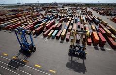 La croissance des exportations françaises devrait connaître un creux cette année, à 10 milliards d'euros, avant de remonter à 34 milliards d'euros en 2017, selon l'assureur-crédit Euler Hermes. /Photo prise le 20 avril 2016/REUTERS/Jean-Paul Pélissier