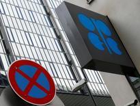 El logo de la OPEP delante de una señal de tráfico en su sede en Viena, mayo 30, 2016. La producción de crudo de la OPEP cayó en mayo desde un nivel cercano a récord, mostró el martes un sondeo de Reuters, afectada por los ataques a la industria petrolera de Nigeria y otras interrupciones que contrarrestaron el incremento de suministros en Irán y en miembros del Golfo Pérsico.  REUTERS/Heinz-Peter Bader