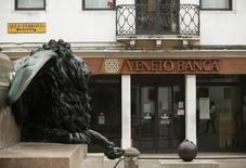 Veneto Banca a fixé une fourchette de prix située entre 0,10 et 0,50 euro par action pour son introduction en Bourse, un prix qui devrait faire perdre leurs économies à des milliers de petits actionnaires de la banque régionale. /Photo prise le 31 mai 2016/REUTERS/Alessandro Bianchi