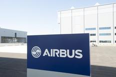L'Allemagne n'a pas l'intention de vendre sa participation de 11% dans Airbus Group SE. Selon Brigitte Zypries, secrétaire d'Etat parlementaire au ministère de l'Economie, Berlin avait envisagé par le passé de vendre sa part dans l'avionneur européen pour profiter de la valorisation de ses actions, mais a décidé de rester actionnaire pour conserver sa présence au conseil d'administration. /Photo d'archives/REUTERS/Michael Spooneybarger