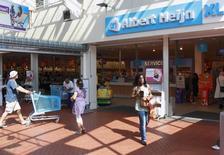 Супермаркет сети Albert Heijn, принадлежащей компании Ahold, в Утрехте. 20 августа 2009 года. Ahold, оператор супермаркетов в США и Нидерландах, представил в среду квартальные результаты, которые превзошли ожидания аналитиков, при этом базовая операционная прибыль компании выросла на 15 процентов благодаря увеличению объема продаж и улучшению маржи. REUTERS/Michael Kooren