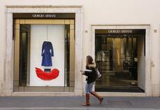 Giorgio Armani a annoncé mercredi une nette décélération de la croissance de ses ventes en 2015, le groupe de luxe italien étant, comme l'ensemble du secteur, affecté par le ralentissement économique chinois, la baisse du tourisme pour cause de menaces d'attentats et les difficultés de plusieurs pays émergents. /Photo prise le 10 février 2016/REUTERS/Tony Gentile