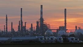 """Rafinerie Total de Grandpuits. La grève qui touche les raffineries de Total en France représente pour la compagnie pétrolière """"une perte importante"""", a indiqué un responsable du groupe dans un document interne /Photo prise le 29 février 2016/REUTERS/Christian Hartmann"""