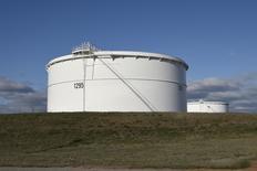 Нефтехранилище Enbridge Inc. в Кушинге, Оклахома 24 марта 2016 года. Запасы нефти в США неожиданно выросли на прошлой неделе, показали данные Американского института нефти (API) в среду. REUTERS/Nick Oxford