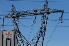 """EDF lance une nouvelle offre nommée """"Mon soleil & moi"""" permettant à ses clients de consommer l'électricité générée par leurs propres panneaux solaires et de pouvoir en stocker une partie grâce à des batteries, le groupe cherchant ainsi à accompagner le développement de l'autoconsommation d'énergie. /Photo prise le 20 avril 2016/REUTERS/Pascal Rossignol"""