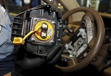 Técnico segurando inflador de airbags produzido pela japonesa Takata em Miami.     25/06/2015 REUTERS/Joe Skipper/Files