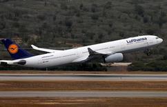 Un avión de la aerolínea Lufthansa despega desde el aeropuerto Simón Bolívar, en Caracas, Venezuela. 30 de mayo de 2016. La Asociación Internacional de Transporte Aéreo (IATA, por su sigla en inglés) llamó el jueves a los países con estrictos controles cambiarios, entre ellos Venezuela y Nigeria, a liberar 5.000 millones de dólares en ingresos por ventas de pasajes adeudados a aerolíneas extranjeras, o arriesgar a perder sus servicios. REUTERS/Carlos Garcia Rawlins