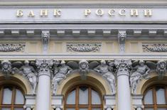 Штаб-квартира ЦБР в Москве.  Волатильность курса рубля во втором квартале 2016 года продолжит снижаться, но динамика российской валюты продолжит определяться ценами на нефть, говорится, в Финансовом обозрении Банка России за первый квартал.  REUTERS/Maxim Zmeyev