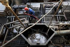 Un trabajador en una plataforma de la petrolera venezolana PDVSA en Cabrutica, en el cinturón petrolero del Orinoco. Los precios del petróleo subieron el jueves y el Brent superó los 50 dólares por barril por vez primera en siete semanas, gracias a que la última caída de los inventarios de crudo en Estados Unidos contrarrestó la decisión de la OPEP de no fijar un límite para su producción. 16 de abril 2015. REUTERS/Carlos Garcia Rawlins/Archivo