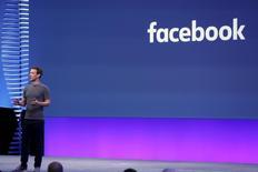 Le conseil d'administration de Facebook a proposé de retirer à Mark Zuckerberg ses droits de vote majoritaires dans l'hypothèse où le fondateur du réseau social déciderait d'en quitter la direction dans le futur /Photo prise le 12 avril 2016/REUTERS/Stephen Lam