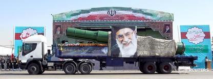"""Военный грузовик, перевозящий ракету, с портретом аятоллы Али Хаменеи в Тегеране 22 сентября 2015 года. Верховный лидер Ирана аятолла Али Хаменеи сказал в пятницу, что Тегеран не намерен сотрудничать в решении региональных вопросов со своими главными врагами - США и """"дьявольской"""" Британией, сообщило государственное ТВ. REUTERS/Raheb Homavandi/TIMA"""