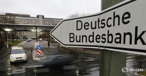 Знак рядом со штаб-квартирой Бундесбанка во Франкфурте-на-Майне. Бундесбанк сократил прогнозы экономического роста и инфляции в пятницу, но заявил, что экономика, фактически, более устойчива, чем можно предположить, судя по показателям.  REUTERS/Kai Pfaffenbach