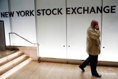 Трейдер разговаривает по телефону на фондовой бижре Нью-Йорка. Американские фондовые индексы снижаются на торгах пятницы во главе с акциями банков после выхода недотянувших до прогнозов данных о занятости в США, которые указали на слабость рынка труда и усилили сомнения в том, что экономика страны достаточно окрепла, чтобы выдержать подъём ключевой ставки ФРС в ближайшие месяцы.  REUTERS/Lucas Jackson