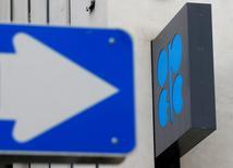 El logo de la OPEP en su sede en Viena, Austria. 30 de mayo de 2016. La estrategia de la OPEP de dejar que el mercado petrolero se estabilice por sí solo está funcionando en momentos en que disminuye la inversión en la industria, mientras que cualquier recuperación tardará en incrementar la oferta, dijo el viernes un importante funcionario petrolero iraquí.    REUTERS/Heinz-Peter Bader